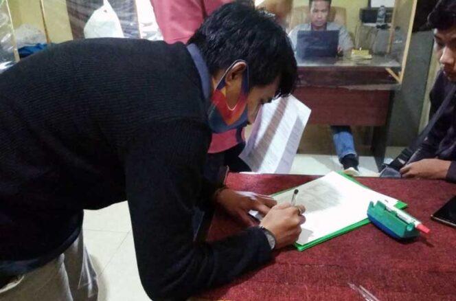 FOTO : Nopan Riyansyah dan rekannya Saat Membuat Laporan di Kantor Polisi