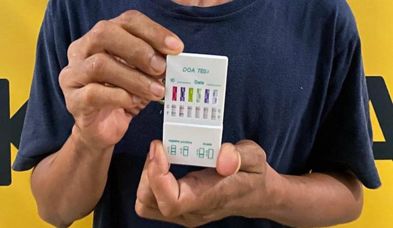 FOTO : Pelaku IN memegang Hasil Tes Urine Positif Narkoba
