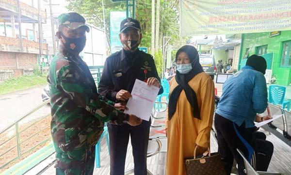 Salah Satu dari Keluarga Besar TNI di Wilayah Korem 042/Gapu Tengah Menjalani Vaksinasi Covid-19. (FOTO : KOREM042)
