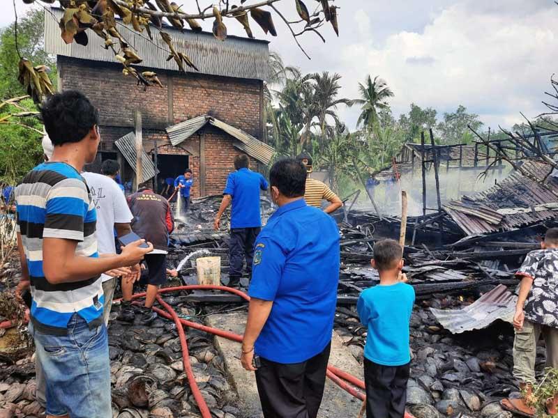 FOTO : Tampak Kadis Pemadam dan Penyemalatan seta Anggota Usai Pemadaman dan Melakukan Pendiginan di TKP