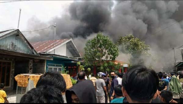 Kepulan asap membumbung tinggi terlihat dari api memakan bangunnan rumah. FOTO : IG Grup.