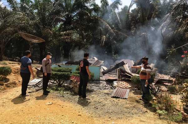 Penampakan Puning Rumah Martin Silitonga warga Jl. Lintas Timur KM 167 Desa Suban II RT 10 Kecamatan Batang Asam musnah terbakar pukul 09.00 WIB, Selasa (29/06/21).FOTO : POLSEKTKLULU.