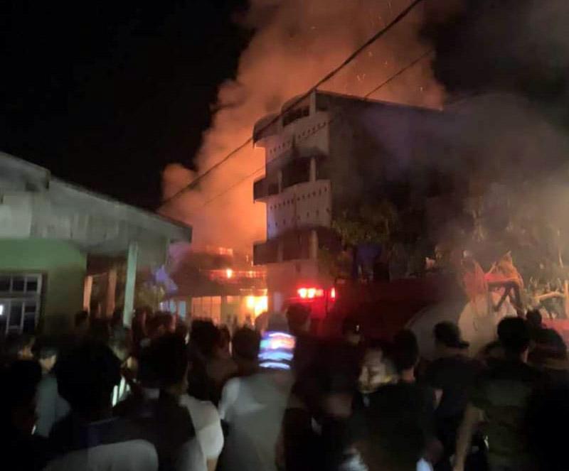 FOTO : Api Sedang Besar-Besarnya Menghanguskan Rumah Penduduk