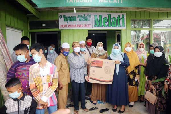 """Ketua GOW Tanjab Barat, ibu Uni Yati Hairan Bersama Pengurus di Panti Asuhan Anak Cacat """"MELATI"""" di Kelurahan Harapan, Selasa (04/05/21)."""