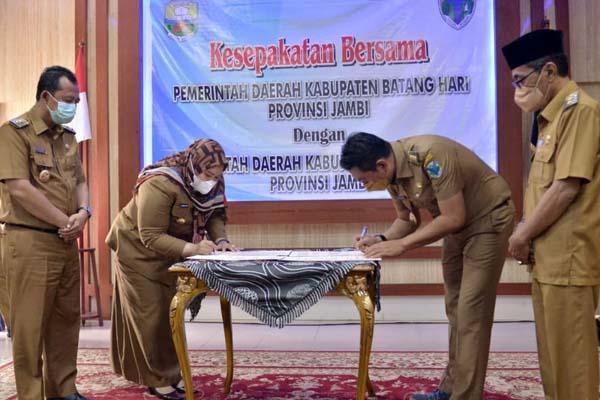 Bupati Muaro Jambi, Hj. Masnah Busro dan Bupati Batanghari Muhammad Fadhil Arief, SE Saat Menandatangani Nota Kesepakatan Kerjasama Daerah di Rumah Dinas Bupati Muaro Jambi, Senin (06/09/21).