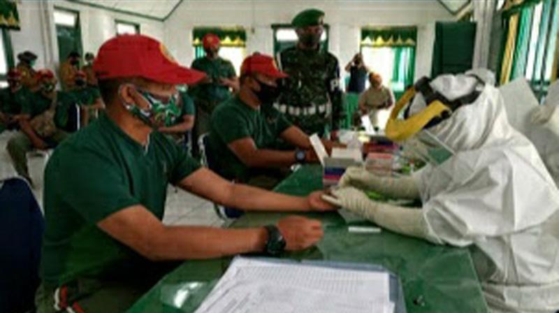 FOTO : Personil Kodim 0417/Kerinci Saat Menjalani Pemeriksaan Rapid Test di Aula Makodim 0417/Kerinci, Selasa (21/07/20).