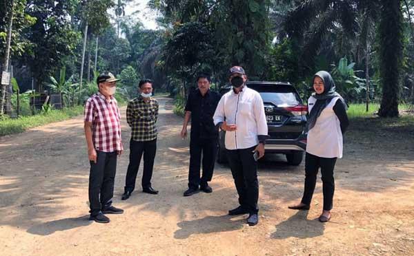 FOTO : Tim Pansus LKPJ Bupati Tahun 2020, Hamdani, SE dan Rombongan saat meninjau jalan di Desa Tanjung Bojo menuju Desa Lubuk Bernai, Kecamatan Batang Asam, Rabu (02/06/21).