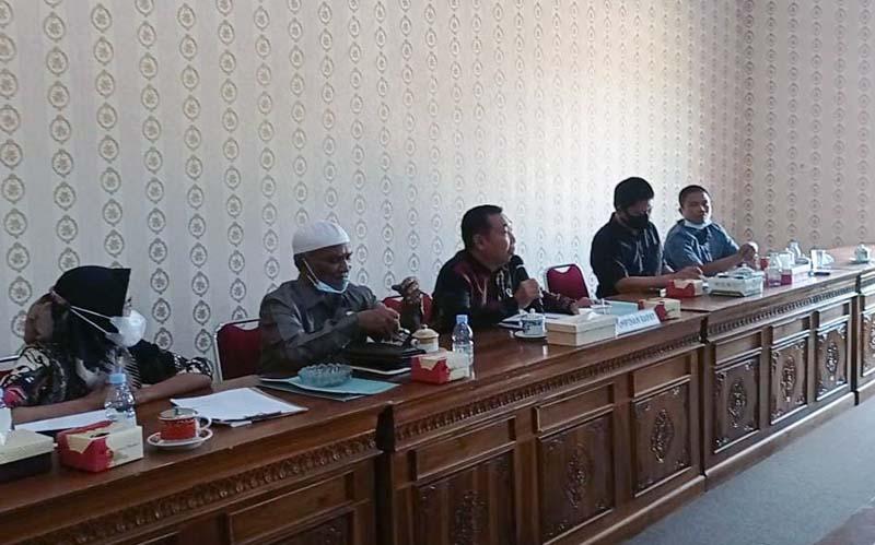 FOTO : Ketua Komisi III, Hamdani saat Memimpin Rapat dengan Intansi terkait Permasalahan Kanal PT PWS bersama HMI serta masyarakat Desa Muara Seberang, Senin (08/03/21).