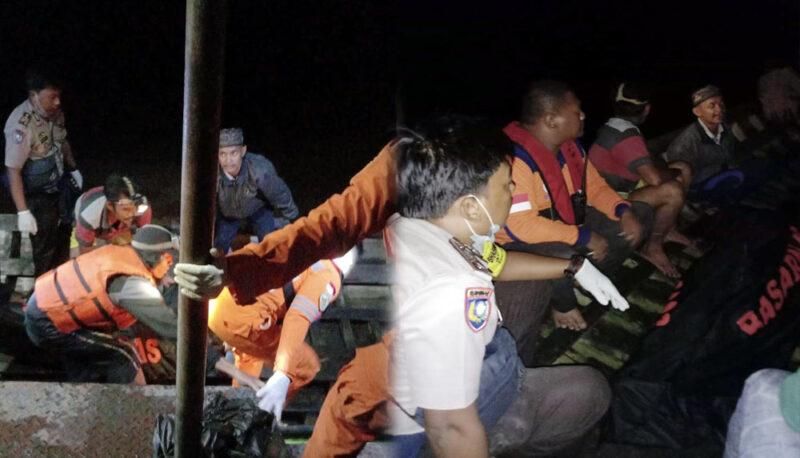 FOTO : Evakuasi Jasad Almarhum Abdul Wahab oleh Tim SAR gabungan, Kamis malam (23/01/20).