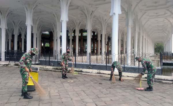 Ketika Personil Korem 042/Gapu melaksanakan Jum'at bersih (Jumsih) di Masjid Agung Al-falah Kota Jambi, Jum'at (06/8/21). FOTO : PENREM