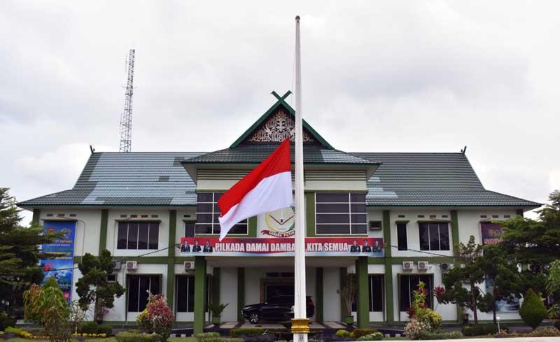 FOTO : Korem 042/Gapu Kibarkan Bendera Setengah Tiang Mengiringi Kepergian Mantan KSAD Jenderal TNI (Purn) Wismoyo Arismunandar