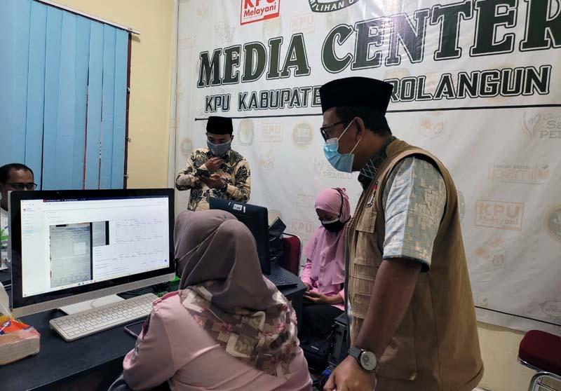 FOTO : Komisioner KPU Provinsi Jambi Divisi Teknis Penyelenggaraan M. Sanusi Saat Meninjau di KPU Sarolangun/KPU Prov Jambi.