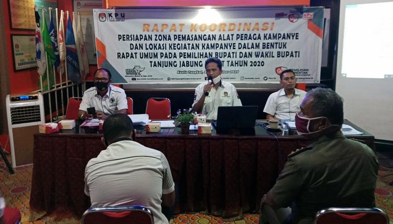 FOTO : KPU Tanjab Barat Saat Menggelar Rakor Titik Lokasi Pemasangan Alat Peraga Kampanye (APK) Pilkada 2020 di Aula Kantor KPU Jl. Beringin Kuala Tungkal, Senin (21/09/20).
