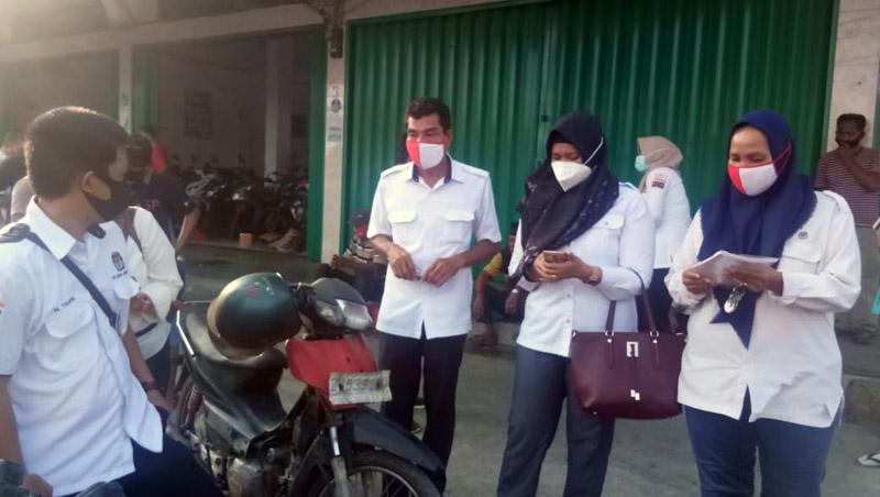 FOTO : Komisi Pemilihan Umum (KPU) Tanjung Jabung Barat Saat Mengelar Sosialisasi dan Bagi-bagi Masker, Senin (05/10/20)