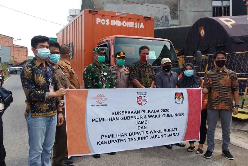 FOTO : Pelepasan Pendistribusian Logistik Pilkada Tanjab Barat ke PPK Wilayah Ulu, Senin (07/12/20).