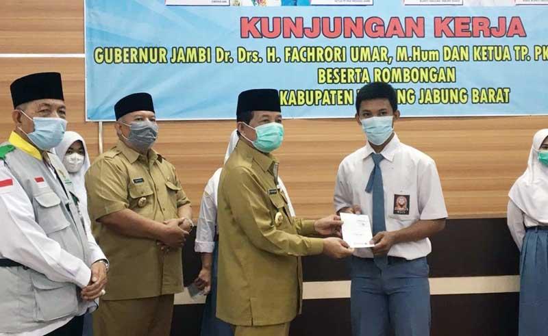 FOTO : Gubernur Jambi H. Fachrori Umar Bersama istri melakukan Kunjungan Kerja (Kerja) dan silaturrahmi ke Kabupaten Tanjung Jabung Barat, Selasa (26/1/2021).
