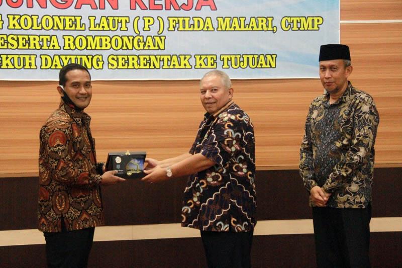 FOTO : Bupati Tanjung Jabung Barat Dr. Ir. H. Safrial MS sambut Kunjungan Kerja Komandan Pangkalan TNI Angkatan Laut (Danlanal) Palembang, Kolonel Laut (P) Filda Malari, CTMP, Kamis (17/09/20).