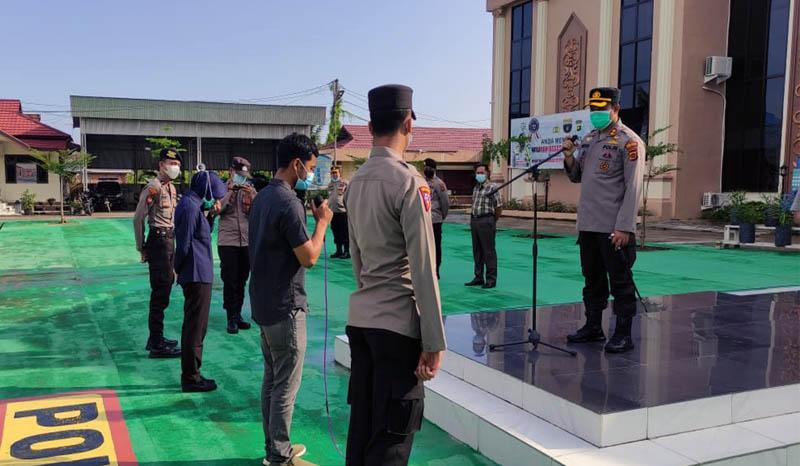FOTO : Kapolres Tanjab Barat AKBP Guntur Saputro, SIK, MH memimpin Apel Pagi Penekanan Komitmen Pembangunan ZI WBK Menuju WBBM di lapangan Apel Mapolres, Selasa (16/03/21).