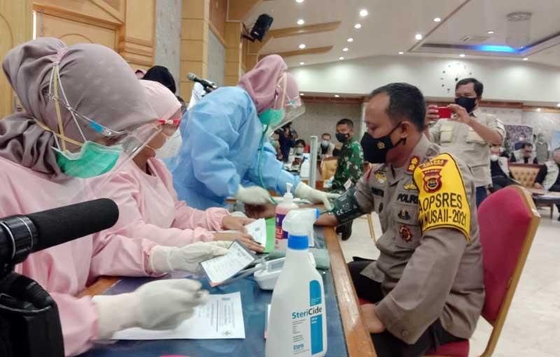FOTO : Kapolres AKBP Guntur Saputro, SIK, MH Saat Mengikuti Sejumlah Tes Kesehatan Sebelum Disuntik Vaksin di Gedung Balai Pertemuan Kantor Bupati Tanjab Barat, Kamis (04/02/21).