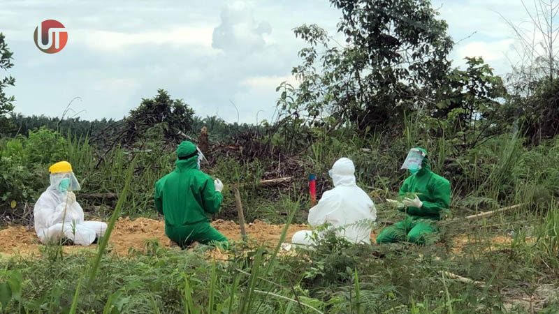 FOTO : Kapolres Tanjab Barat AKBP Guntur Saputro, SIK, MH dan Ajudannya Memakai APD Saat Akan Melakukan Pemakaman Jenazah MH (34) Pasien Suspek di Pemakaman Khusus Covid-19 Pemkab Tanjab Barat di Desa Terjun Jaya, Betara, Minggu (30/08/20).