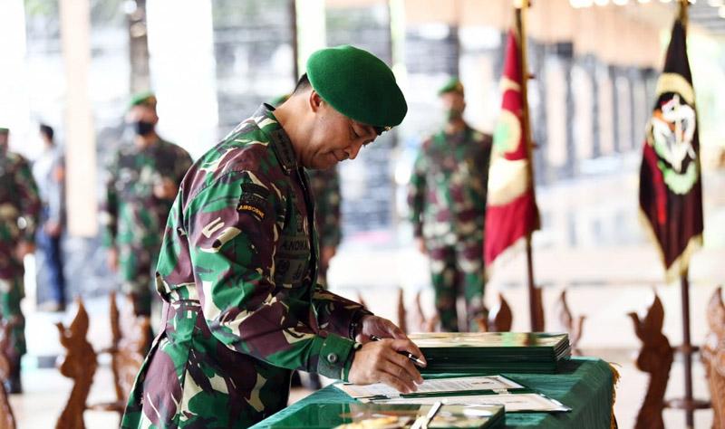 FOTO : Kepala Staf Angkatan Darat (Kasad) Jenderal TNI Andika Perkasa Menandatangani Berita Acara Serah Terima Jabatan 7 Jabatan di jajaran TNI Angkatan Darat di Gedung E Markas Besar Angkatan Darat, Jakarta, Kamis (06/08/20)