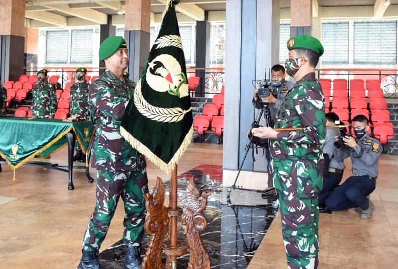 FOTO : Kasad Jenderal Andika Perkasa Pimpin Serah Terima Jabatan Irjenad dan Pangdam V/Brawijaya, Selasa (03/11/20).