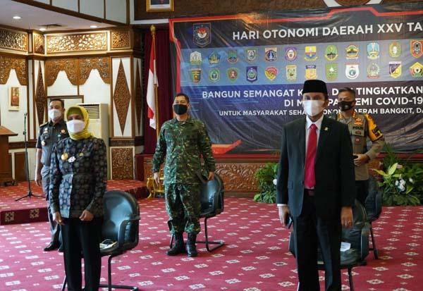 FOTO : Kepala Staf Korem (Kasrem) 042/Gapu Kolonel Inf M. Yamin Dano menghadiri upacara Peringatan Hari Otonomi Daerah KE-XXV Tahun 2021, di Auditorium Rumah Dinas Gubernur Jambi, Senin (26/04/21).