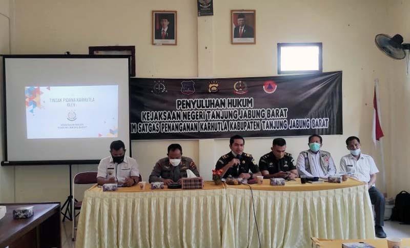 FOTO : Kejari Lakukan Penyuluhan dan Penerangan Hukum bersama dengan Tim Satgas Penanganan Karhutla Kabupaten Tanjab Barat di Aula Kantor Camat Betara, Rabu (10/3/21).