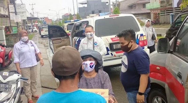 FOTO : Ketua DPW Partai Prindo Provinsi Jambi Hendriy Attan Beserta Pengurus Partai Lakukan Kegiatan Sosial Bagikan Sembako dan Masker kepada warga Tukang Becak di Tanjab Barat, Senin (21/09/20).