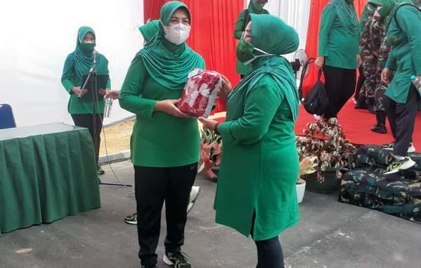 Ketua Persit KCK Koorcab Rem 042 Kunjungi Kompi A Yonif R 142 Sarolangun. FOTO : KOREM042GAPU