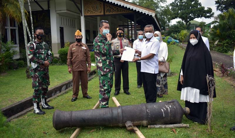 FOTO : Kasi Logistik Kasrem 042/Gapu Kolonel Arm Budi Santoso menyerahkan Satu Unit Meriam Peninggalan Kolonial Belanda kepada pihak Museum Perjuangan Rakyat Jambi, Rabu (14/10/20).