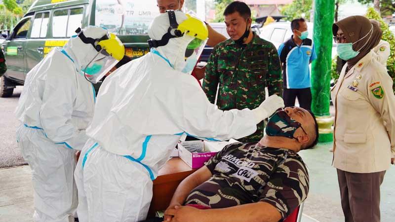 FOTO : Anggota Prajurit dan PNS Korem 042/Gapu Jambi Saat Mengikuti Rapid Antigen, Selasa (26/01/21).
