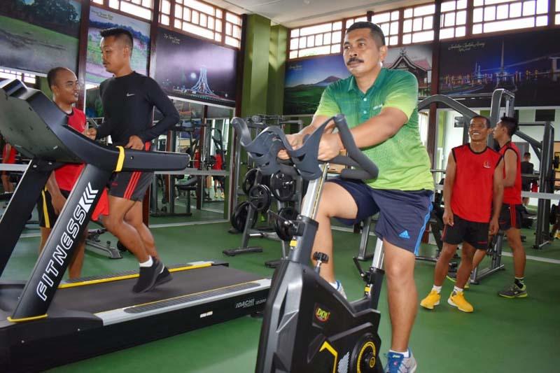 FOTO : Prajurit Korem 042/Gapu Tengah Melaksanakan Fitnes di Makorem Jambi, Rabu (16/12/20).