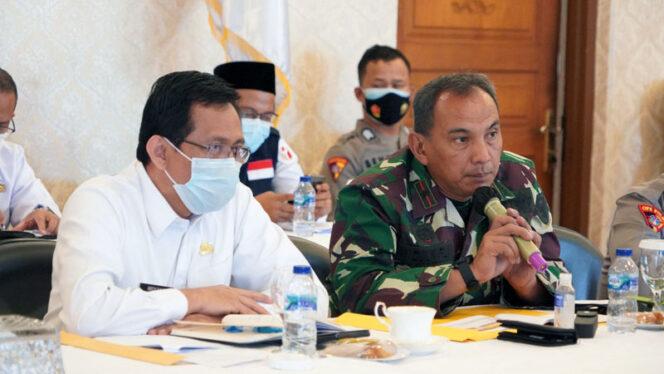 FOTO : Danrem 042/Gapu Brigjen TNI M. Zulkifli Saat Menyampaikan Papran pada Rapat Koordinasi Persiapan Pilkada Serentak tahun 2020 di Rumah Dinas Gubernur Jambi, Rabu (02/12/20).