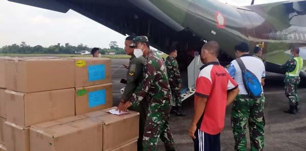 Korem 044/Gapo Saat Menerima Obat-Obatan Covid-19 dari Pusat Kesehatan TNI di Bandara Sultan Mahmud Badaruddin (SMB) II Palembang, Jum'at (03/9/21). FOTO : PENREM