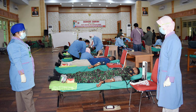 FOTO : Korem 042/Gapu menggelar kegiatan donor darah bertajuk ''Darahku Mengalir Untuk Negeri'' yang diselenggarakan di Balai Prajurit Korem 042/Gapu, Jambi, Selasa (22/09/20).