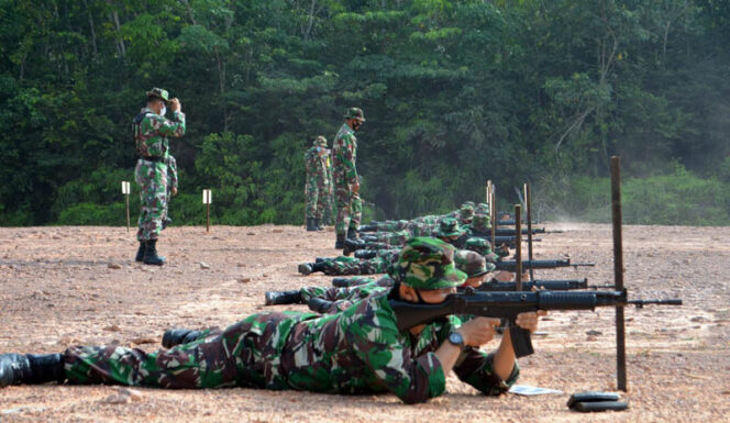 FOTO : Korem 042/Gapu Saat Gelar Latihan Menembak Senjata Ringan (Iatbakjatri) Triulan III Tahun 2020 di lapangan tembak Pal 17 Pondok Meja, Mestong, Kabupaten Muarojambi, Selasa (02/08/20).