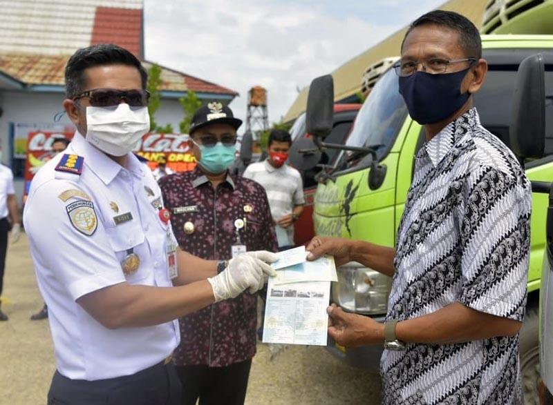 FOTO : Wakil Wali Kota Jambi Dr. dr. H. Maulana, MKM resmi melaunching Program Inovasi Blue Card (Kartu Bukti Lulus Uji Elektronik) bagi kendaraan Angkutan di Kantor UPTD Pangujian Kendaraan Dinas Perhubungan Kota Jambi, Kamis (08/10/20).