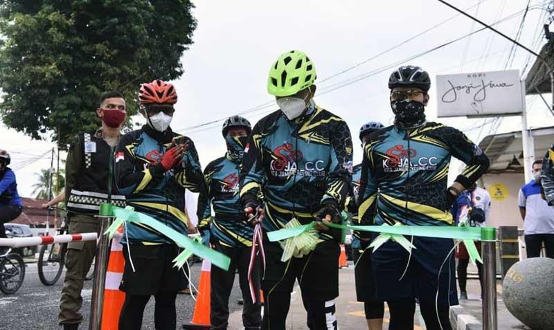 Wali Kota Jambi Dr. H. Syarif Fasha, ME resmikan penggunaan jalur sepeda Kota Jambi, Minggu (20/12/20).
