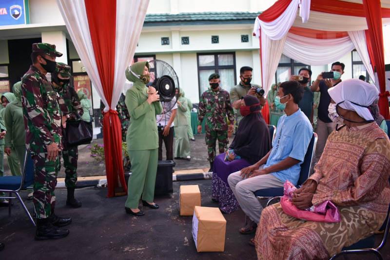 FOTO : Pangdam II/Sriwijaya Mayjen TNI Agus Suhardi bersama Ny. Shinta Agus Suhardi Saat Berada di Kompi Senapan A Yonif R 142/KJ di Kab. Sarolangun, Jumat (11/09/20).