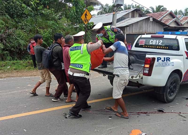 Sat Lantas Polres Muaro Jambi Melakukan Evakuasi Korban Lakalantas di TKP dan Mambawa Korban Ke Rumah Sakit RSUD Ahmad Ripin Muaro Jambi. FOTO : Nurdin/bidikindonesia.id.