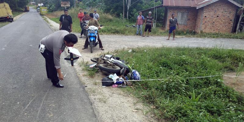 FOTO : Petugas Lalunintas Poles Tanjung Jabung Barat Saat Berada di TKP di Desa Terjun Jaya RT. 01 Kecamatan Betara Kabupaten Tanjab Barat, Senin (27/04/20)