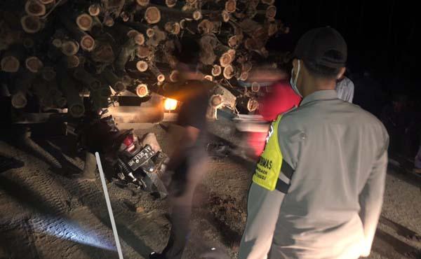 Kapolsek Tebing Tinggi dan Anggota Ketika Melakukan Evakuasi Korban dari Belakang Hino Logging. FOTO : ISTIMEWA