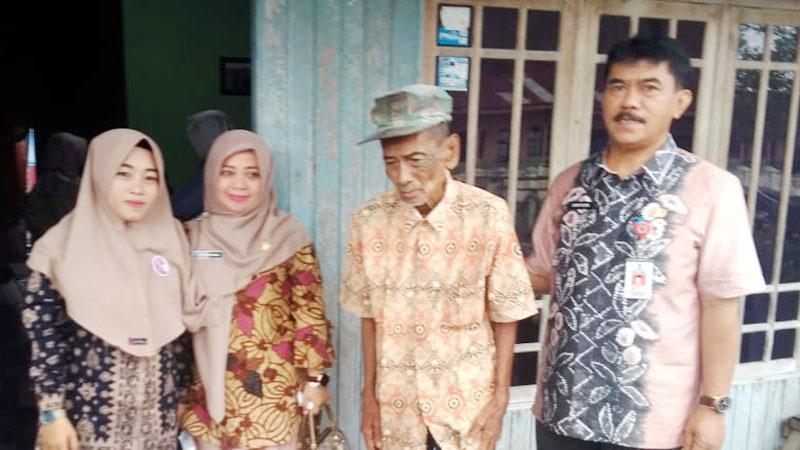 FOTO : Kadis Sosial Safruddin, MM dan Kabid Rehabilitasi Sosial dan linjamsos Hj. Siti Rahmah Kakek Hasan Basri (tengah) Saat Akan Diantar ke Panti Jompo Jambi, Jumat (06/03/20)