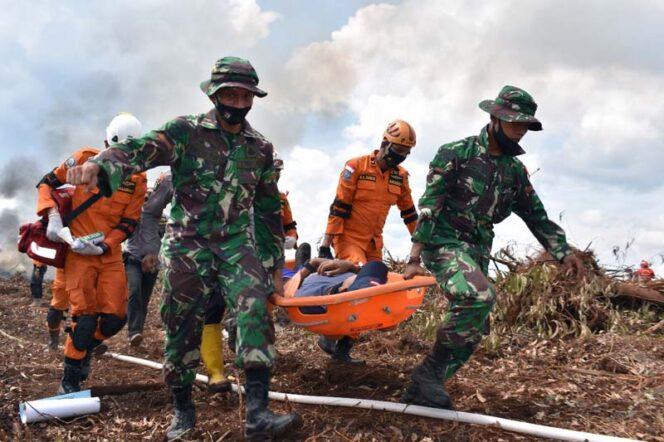 FOTO : Personil Memperagakan Beberpa Materi Latihan Penanggunalan Bencana, Sabtu (14/11/20).