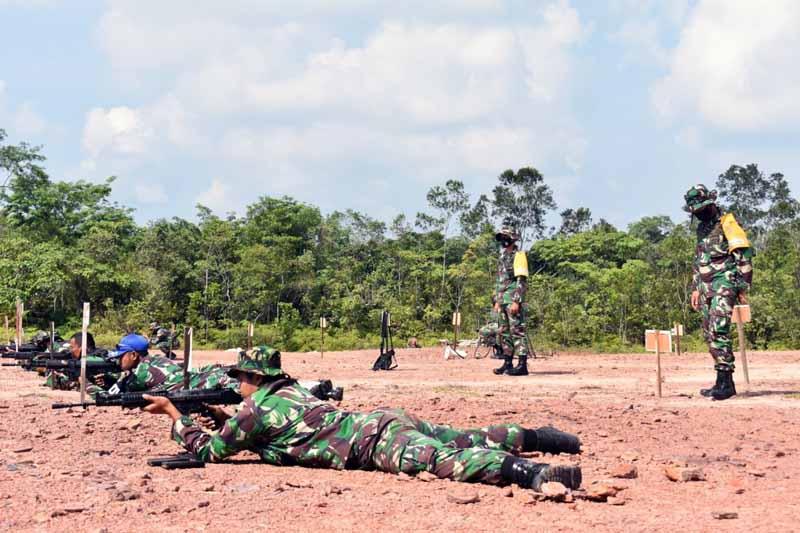 FOTO : Prajurit Korem 042/Gapu Jambi Saat Mengikuti Latihan tembak senjata laras panjang jenis SS1 buatan PT Pindad, Selasa (30/03/21).