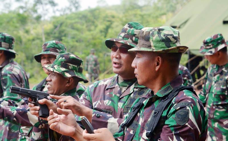 FOTO : Anggota Korem 042/Gapu Saat Mengikuti Latihan Menembak di Lapangan Tembak Korem KM 17 Jambi, Selasa (10/03/20).