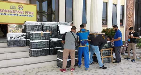 Puluhan Box Benih Lobster dan 4 Tersangka di Amankan Polres Tanjab Barat. FOTO : Istimewa
