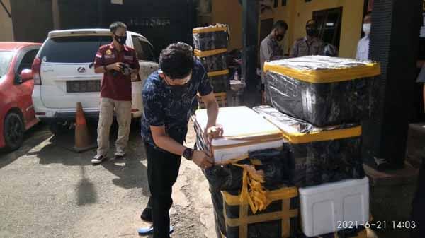 Polisi Memeriksa 12 Box Styrofoam Berisikan 63.950 Benih Lobster, Minggu (20/6/2021). FOTO : Istimewa