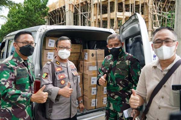 Ketua YKS Roni Attan Saat Serahkan Bantuan kepada Makorem 042/Gapu, Selasa (14/9/21). FOTO : PENREM